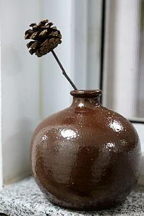 褐色大肚细口花瓶