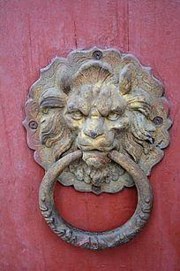 红色大门上的狮头门环