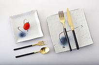 金色不锈钢刀叉勺和陶瓷餐具