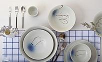 手绘陶瓷餐具套装顶视图