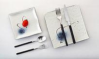 银色不锈钢刀叉勺和陶瓷餐具