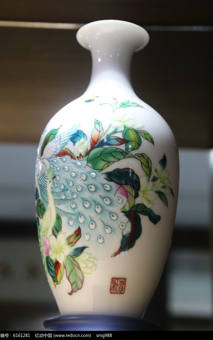 白地孔雀图案瓷瓶图片