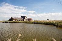 湿地水边的木制建筑