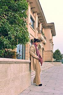 欧式建筑前的女人