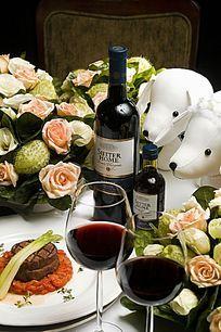 西餐桌上的红酒和高脚杯