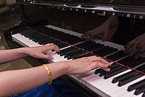 弹钢琴的手