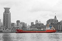 黄浦江上红色油轮