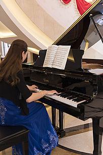 美女大厅弹钢琴