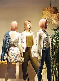 休闲女装店橱窗模特