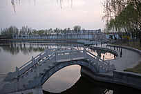 夕阳园林中的小桥