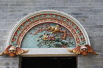 彩色壁雕花鸟门头