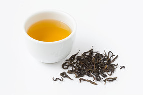 白背景上的大红袍茶叶和茶汤