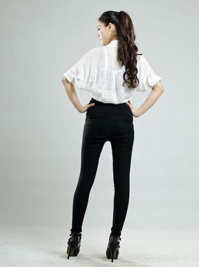 美女黑色长腿裤背影