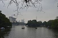 广州东山湖公园湖上风景与远处风景