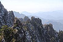黄山连绵陡峭山峰
