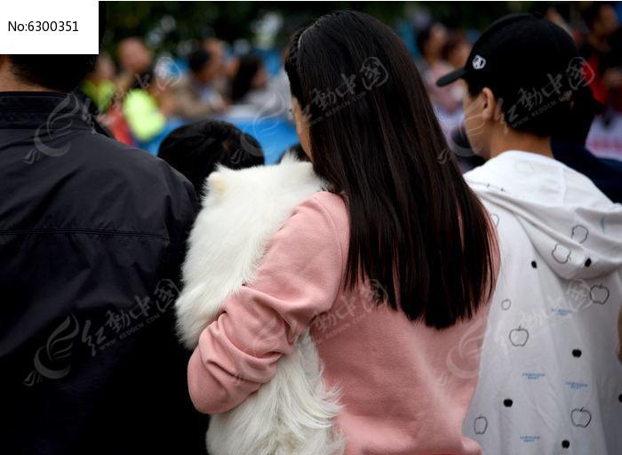 抱着宠物狗的女人图片