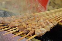 热气腾腾的烤羊肉串