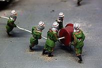 消防战士救火泥塑