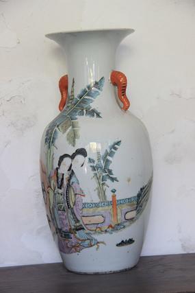 画美女的瓷花瓶