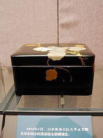 黑漆描金嵌螺钿盒