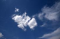 深蓝色的天空白云