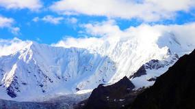 蓝天下的雪山