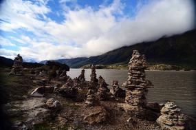 然乌湖边怪石