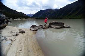 游客与然乌湖