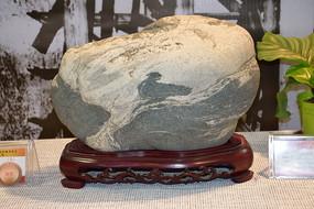 喜鹊戏水奇石图片