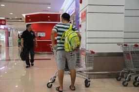 帮孩子背书包的父亲背影