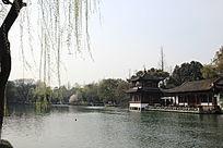 中式水边凉亭