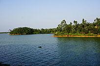 湖泊岸边风景