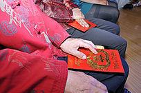 结婚现场新人父母手中的红包