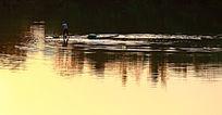 阳光下的湖面风光