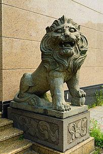 门前的蹲狮