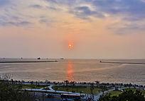 阳光照耀下的海洋及海岸