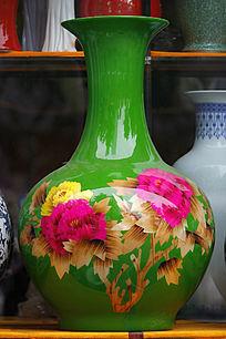 彩绘绿色瓷器花瓶