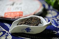 青花茶具里的普洱茶