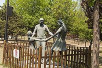一家三口雕像侧面照