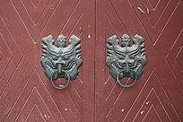红色大门上西周兽头狮子铜门扣