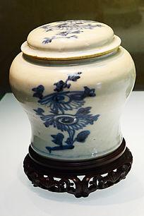青花花卉的盖罐
