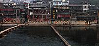 凤凰古城沱江边的吊角楼