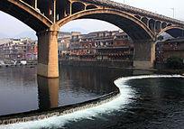 凤凰古城桥下S型水瀑