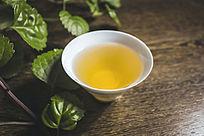 清透白色茶杯里的黄色普洱茶