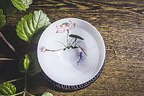 一个金鱼荷花花纹的白色小茶杯