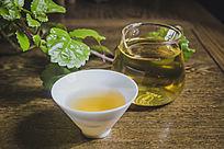 装满普洱茶的玻璃公道杯和白色透亮茶杯
