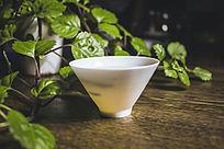 装满普洱茶的清透的白色茶杯