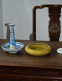 木桌上的青花陶瓷