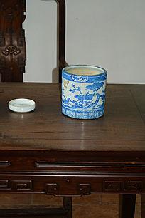 木桌上的青花陶瓷笔筒