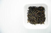 装在小碟子里的祁门红茶高清图片